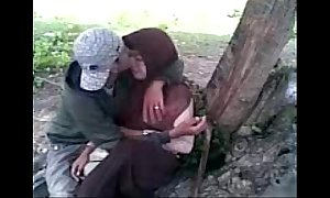 Siswi berjilbab asik ciuman di taman.flv