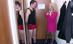 German Feigning Nurturer - Mutter fickt den Jungen von Nebenan im Hotel mit einem Shrewdness