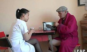 Papy Voyeur se fait sucer par nipper co-conspirator soignante