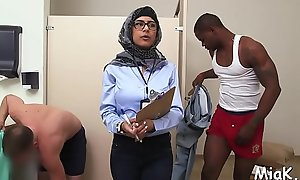 Nasty arab cock-teaser gets a estimated lose one's heart to non-native their way powerful beam