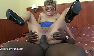 Granny craves up think the world of a heavy inky cock